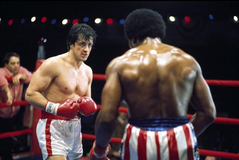 """Rocky (Sylvester Stallone, l.) ist nicht das brave """"Lämmlein"""", das sich vom Weltmeister vorführen lässt - im Gegenteil. Er kämpft wie besessen über die gesamte Rundendistanz und bringt Apollo Creed (Carl Weathers) in arge Bedrängnis... – Bild: RTL"""