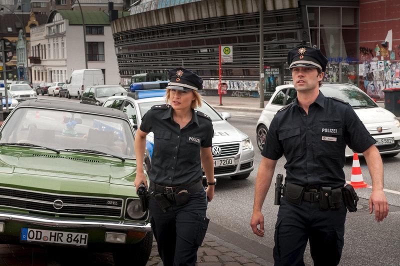 Melanie (Sanna Englund) und Mattes (Matthias Schloo) auf dem Weg zum Unfallort. Eine Frau wurde bei einem Verkehrsunfall schwer verletzt. – Bild: ZDF und Boris Laewen (bola)