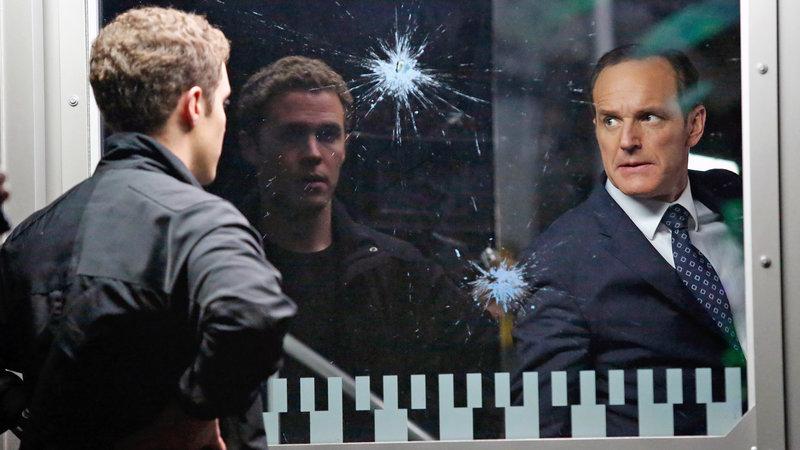 Agent Coulson (Clark Gregg, li.) und sein Team stellen fest, dass sie niemandem vertrauen können. Denn unter ihnen gibt es ganz offensichtlich einen Verräter … (Foto, li.: Iain de Caestecker) – Bild: RTL II