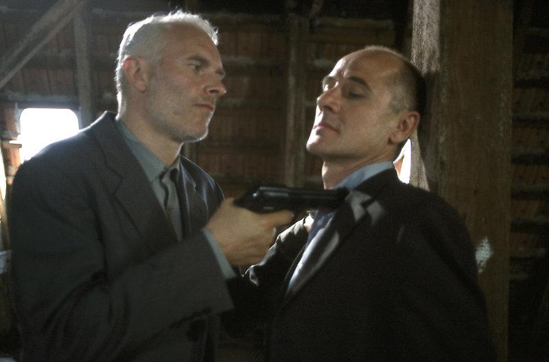 Arthur Rix (Herbert Fritsch, l.) versucht Dr. Robert Kolmaar (Ulrich Mühe, r.) nachhaltig einzuschüchtern und von weiteren Recherchen abzuhalten. – Bild: ZDF / DANIELA INCORONATO