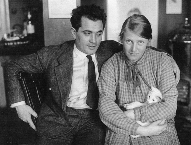 """Der Schauspieler Alexander Granach (Bild) erobert in der Weimarer Zeit die Berliner Bühnen im Sturm. Er arbeitet mit Bertolt Brecht und Erwin Piscator und wird mit seiner Rolle in Murnaus Nosferatu unvergesslich. Seine Kindheit verlebte er in Galizien (heute Ukraine), ging nach Deutschland, wo er von den Nazis ab 1933 verfolgt wurde. Er floh ins Exil nach Polen, der UdSSR, der Schweiz bis nach New York und Hollywood, wo Granach mit Lubitschs Ninotschka seine amerikanische Karriere beginnt. Über alle Entfernungen hinweg hält er fest an seiner """"großen ewigen Liebe"""", der Schweizer Schauspielerin Lotte Lieven (Bild). – Bild: BR/Bavaria Film GmbH"""