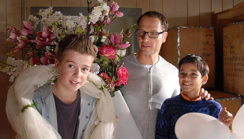 Alexander Amsinck (Markus Knüfken), Niklas (links, Jaden Dreier) sowie Luis (Emilio Sanmarino) haben Spaß mit der Hochzeitsdekoration. – Bild: NDR/Romano Ruhnau