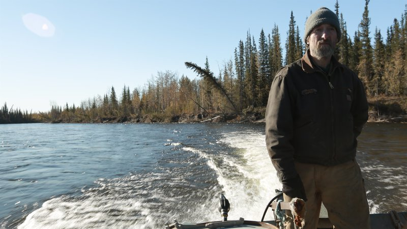 Bob Harte talking in front of camera about traveling via boat through the Alaska wilderness. – Bild: Animal Planet / Discovery Communications