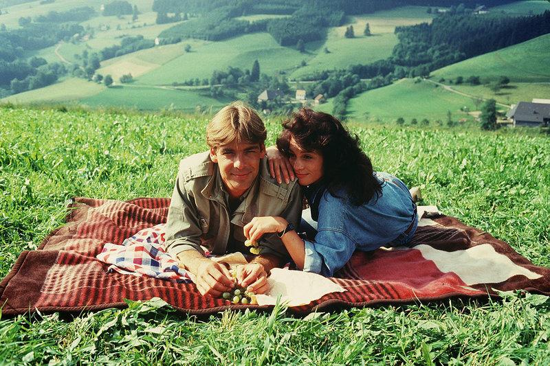 Elke (Barbara Wussow) und Udo (Sascha Hehn) sind glücklich miteinander. – Bild: ZDF und Thomas Waldhelm