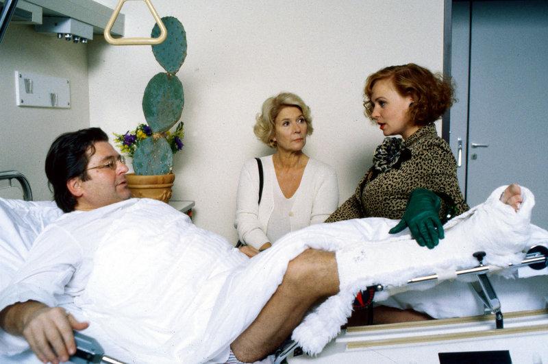 """Sylvia Monti (Petra Berndt, r.) bringt """"ihrem"""" Florestan (Erwin Steinhauer, l.) einen großen Kaktus ins Krankenhaus. Seine Gattin Carla (Christiane Hörbiger, M.) """"is not amused"""". – Bild: Sat.1"""