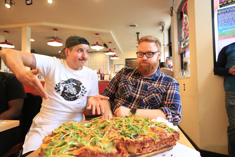 """Im """"Pie-Sci"""" in Detroit versucht sich Josh (r.) an einer """"Pizzagne"""". Koch Jeremy (l.) ist gespannt auf sein Urteil ... – Bild: 2017,Television Food Network, G.P. All Rights Reserved. Lizenzbild frei"""