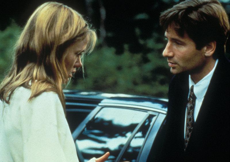 Mulder (David Duchovny, r.) erfährt von Lucy Householder (Tracey Ellis, l.), dass sie vor langer Zeit selbst fünf Jahre lang in den Händen eines Entführers war. – Bild: ProSieben MAXX