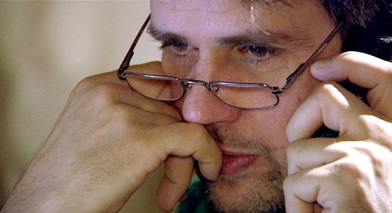 """Der Film dokumentiert die emotionale Vielschichtigkeit des Künstlers Schlingensief unter extremen Bedingungen. Christoph Schlingensief untersuchte 2007 mit der Kunstaktion """"Die Piloten - Eine Talkshow in sechs Folgen, die nie ausgestrahlt wird"""", wie die Selbstdarstellung in den Medien funktioniert. Eine kunterbunt- absurde Talkshow auf einer Drehbühne mit prominenten Künstlern wie Oskar Roehler, Rolf Hochhuth, Hermann Nitsch oder Rapper Sido, aber auch mit falschen Prominenten und ihren falschen Geschichten. Inmitten von Eitelkeit und lustigem Schlagabtausch erfährt Schlingensief, dass sein Vater im Sterben liegt. Er akzeptiert die Wendung ins Ernste; macht sofort den Tod zum Thema - ein Jahr bevor seine Krebserkrankung entdeckt wird. Im Bild: Mitten in den Dreharbeiten zu """"Die Piloten"""" und zwischen 2 Talkshow-Aufzeichnungen erfährt Schlingensief, dass sein Vater im Sterben liegt. Die kunterbunte """"Unterhaltungssendung"""" wird ernst und er thematisiert sofort Krankheit und Tod. – Bild: ORF/avanti me"""