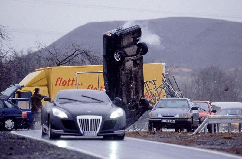 Tom und Semir verfolgen die flüchtigen Gangster über die Autobahn. – Bild: RTL Crime