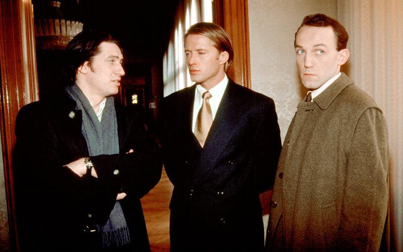 Kommissar Richie Moser (Tobias Moretti, li.) und Ernst Stockinger (Karl Markovics, re.) haben Hubert Zauner (Bruno Eyron, mi.) festgenommen. – Bild: ORF2
