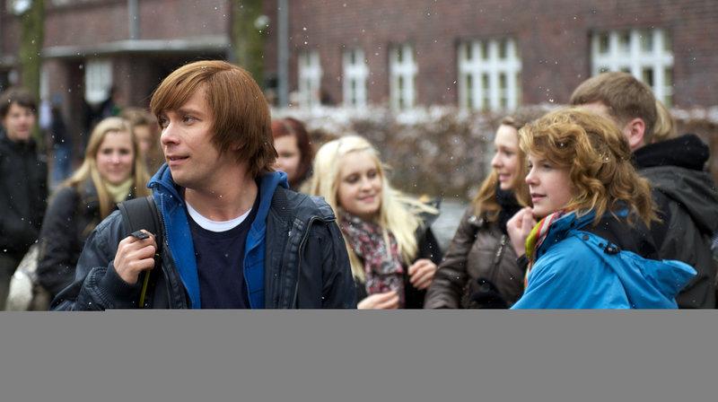 Christian Ulmen, Regie: Robert Wilde, Drehbuch: Johannes Boss, am Sonntag (25.02.18) um 11:50 Uhr. Jonas (Christian Ulmen, l) während der Pause auf dem Schulhof. – Bild: WDR/Delphi