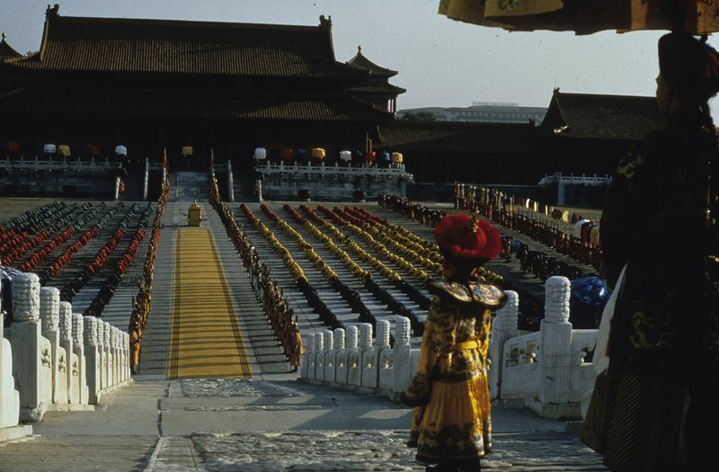 Im Alter von nur drei Jahren gelangt Pu Yi (Richard Vuu), der letzte chinesische Kaiser, 1908 auf den Drachenthron ... – Bild: MCMLXXXVII. All Rights reserved. Lizenzbild frei