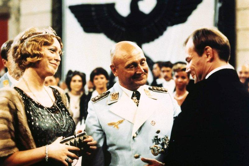 Der Schauspieler Hendrik Höfgen (Klaus Maria Brandauer, r.) fühlt sich durch die Aufmerksamkeit des Generals (Rolf Hoppe) und dessen Freundin Lotte Lindenthal (Christine Harbort) geschmeichelt. – Bild: MDR/Cine aktuell