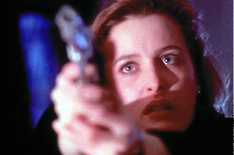 Weil sie glaubt, ihr Kollege sei zur anderen Seite übergelaufen, bedroht ihn Scully (Gillian Anderson) ... – Bild: ProSieben MAXX