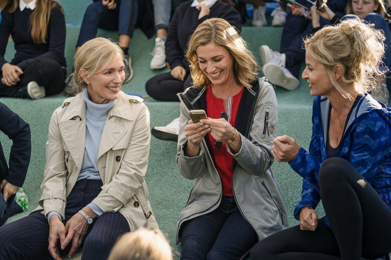 Dr. Gitta Engel (Katja Weitzenböck, l.), Marie Sellmann (Julia Stinshoff, M.) und Bianca Racke (Franziska Schlattner, r.) warten auf den Beginn des Weitsprungwettkampfs. – Bild: ZDF und Hendrik Heiden.