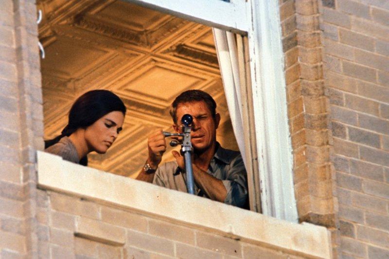 Das Gangsterpärchen Carol (Ali MacGraw) und Doc (Steve McQueen) bei den Vorbereitungen des Banküberfalls – Bild: TVN/RDB