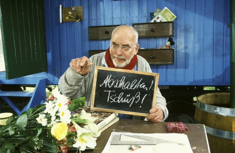 """Wegen einer Erkältung hat Peter (Peter Lustig) keine Stimme mehr. Sogar zum berühmten """"Abschalten"""" kann er nur noch schriftlich auffordern. – Bild: ZDF"""