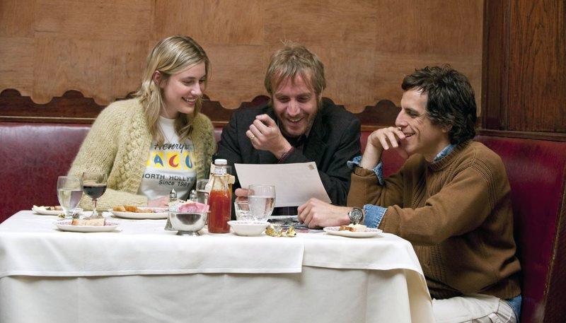 Florence (Greta Gerwig), Ivan (Rhys Ifans) und Roger (Ben Stiller, rechts) haben Spaß. – Bild: ARD Degeto/ARD Degeto/2010 Focus Features