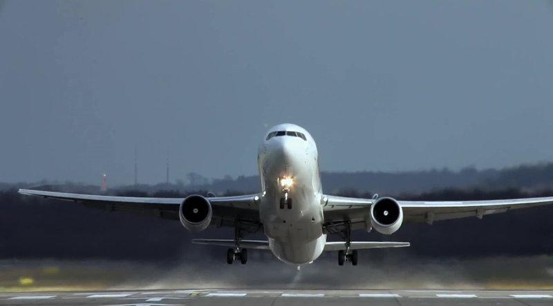 Das Flugzeug ist statistisch gesehen das sicherste Verkehrsmittel der Welt. Doch gerade bei Landungen kann schnell etwas schiefgehen. Eine Windböe oder ein Vogelschwarm können schnell und unvorhergesehen zur Katastrophe führen. – Bild: N24