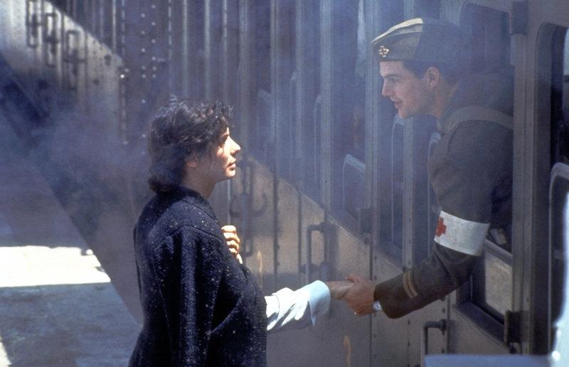 Als seine Verwundung ausgeheilt ist, muss Ernest Hemingway (Chris O'Donnell, r.) zurück an die Front. Traurig lässt er Agnes (Sandra Bullock, l.) zurück ... – Bild: Warner Bros. Lizenzbild frei