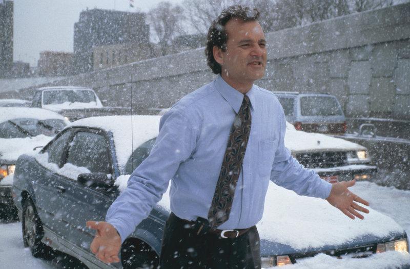Ein Schneesturm im ist der Grund dafür, dass Wetterfrosch Phil Connors (Bill Murray) noch eine weitere Nacht in dem Kaff Punxutawney bleiben muss ... – Bild: 1993 Columbia Pictures Industries