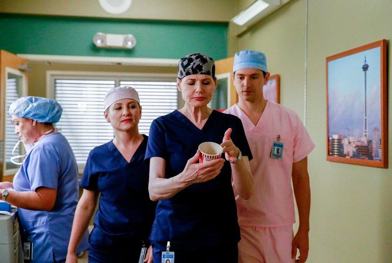 """""""Grey's Anatomy"""", """"Risiko."""" Meredith und Derek sind sich uneinig darüber, wie einer ihrer Patienten behandelt werden soll. Jeder will zeigen, dass er der bessere Arzt ist. Außerdem bekommt Derek Besuch von Deborah Curzon, sie soll im Namen des Präsidenten, Derek bezüglich der Brain Map Initiative und einem Umzug nach Washington umstimmen. Währenddessen will sich Arizona Dr. Hermans Gehirnscanns ansehen. Und bei einer Routineuntersuchung von Aprils Baby, macht Stephanie eine schlimme Entdeckung.Im Bild (v.li.): Jessica Capshaw (Dr. Arizona Robbins), Geena Davis (Dr. Nicole Herman), Nicholas D'Agosto (Graham). – Bild: ORF eins"""