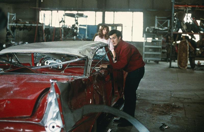 Als Buddy mit seinen Freunden den restaurierten Wagen völlig demoliert, macht Christine Jagd auf die Bande und tötet alle. – Bild: Tele 5