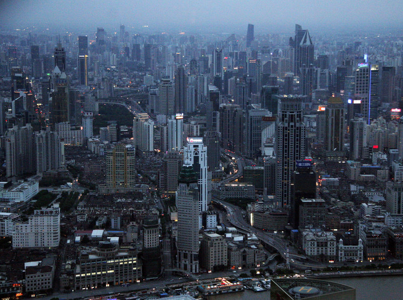 Boomstadt Shanghai bei Nacht. – Bild: ZDF und SWR/Along Mekong Productions