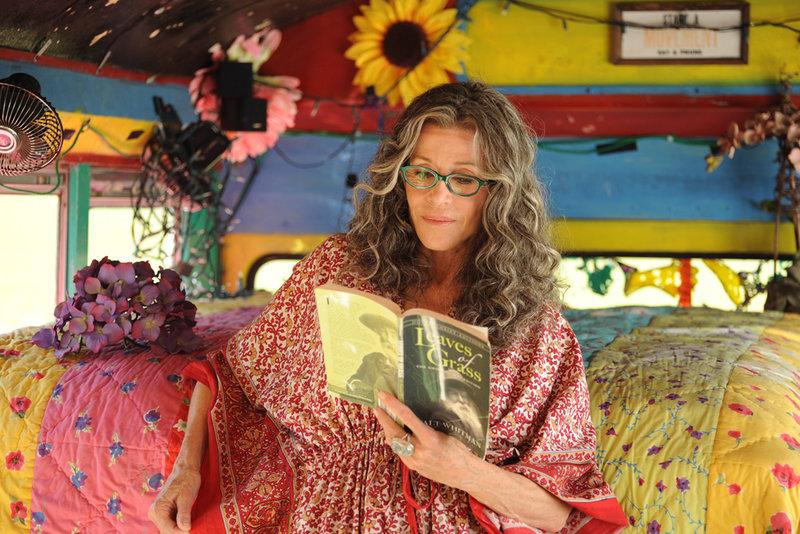 Grace (Jane Fonda) hängt noch immer dem alten Hippie-Ideal der Sixties-Generation nach. – Bild: ARD Degeto