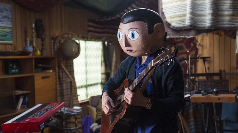 Frank (Michael Fassbender) hat sich mit seiner Band in eine abgelegene Hütte in den irischen Wäldern zurückgezogen, um ein Album aufzunehmen. – Bild: WDR/Weltkino