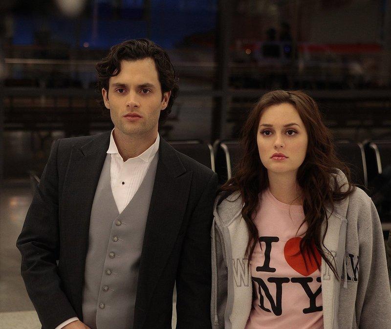 Während Blair (Leighton Meester, r.) mit Dan (Penn Badgley, l.) von ihrem eigenen Hochzeitsempfang flieht, ist Georgina schon an der Planung für das nächste Desaster ... – Bild: Warner Bros. Television Lizenzbild frei