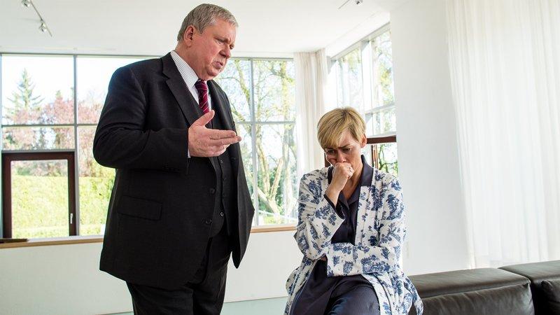Was weiß Monika Sahlmann (Gesine Cukrowski), eine Kollegin von Staatsanwalt Bernd Reuther (Rainer Hunold), über den Mordanschlag, der zunächst wie ein Raubüberfall aussah? – Bild: ZDF und Andrea Enderlein.