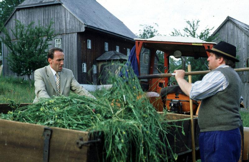 Beim Einholen des Frischfutters von der Weide erfährt Stockinger (Karl Markovics, l.) von Herrn Grasmuck (Vitus Zeplichal, r.) so einiges über die Lebensgewohnheiten des alten Bauern Grasmuck ... – Bild: Sat.1 Eigenproduktionsbild frei