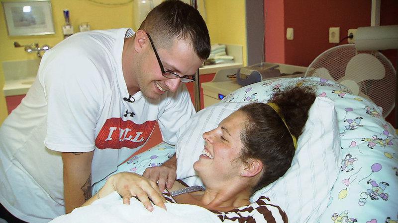 Jessica und Reece nach der Geburt – Bild: RTL II