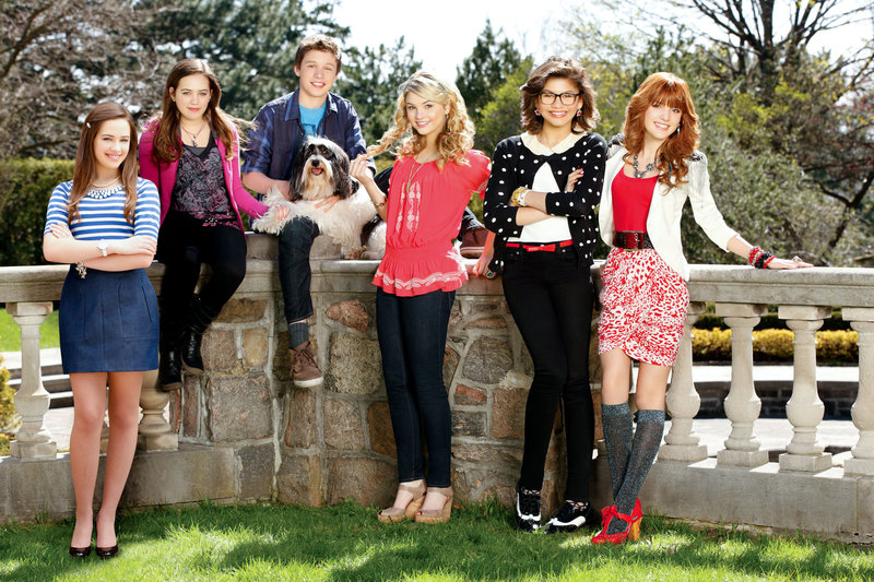 Mary Mouser (Emma Reynolds/ Savannah O'Neill), Nick Robinson (Jake Logan), Stefanie Scott (Julianne), Zendaya (Halley Brandon), Bella Thorne (Avalon Greene). – Bild: ORF