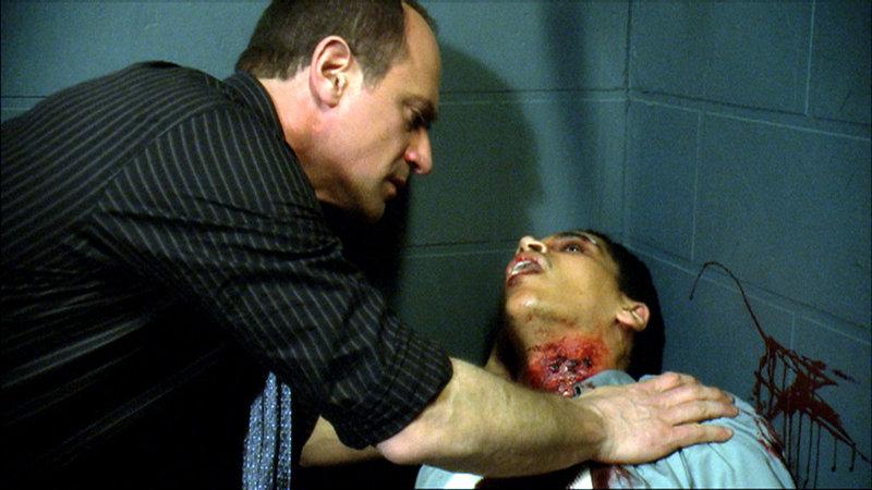 Stabler (Christopher Meloni, li.) kümmert sich um den Verletzten Stefan Henriques (Victor Anthony)... – Bild: 13th Street