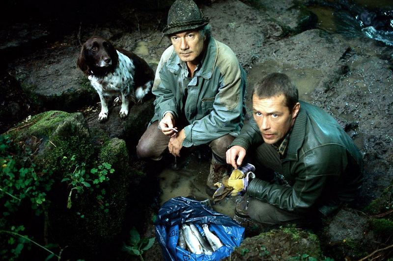 3. Dr. Horst Mayr (Hans Heller, re.) hilft Martin Rombach (Christian Wolff, li.) denjenigen zu finden, der die Fische im Bach vergiftet hat. – Bild: ORF / ORF (FS1/FS2)