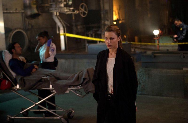 Während Chloe (Lauren German) an einem neuen Fall arbeitet, stattet Amenadiel Maze einen Besuch ab ... – Bild: 2016 Warner Brothers