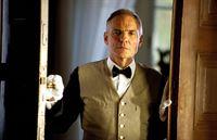 Ist der Hausdiener Karl (Hans Peter Hallwachs) etwa der Vater von Charlotte? – Bild: SAT.1 Eigenproduktionsbild frei