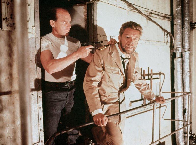 Kapitän von Koltze (Heinz Drache, rechts) wird von seiner eigenen Mannschaft bedroht. – Bild: ARD Degeto