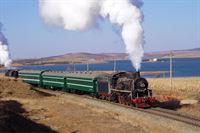 Die 1995 eröffnete Ji-Tong-Linie in der Inneren Mongolei hat sich innerhalb eines Jahrzehnts bei Eisenbahnfreunden in aller Welt einen fast magischen Ruf erworben. Im November 2005 hat Eisenbahn-Romantik eine Sonderfahrt nach China unternommen, um dem Einsatz den letzten Dampfrösser bei strahlendem Sonnenschein und traumhafter Abendstimmung noch einmal zu portraitieren. – © SWR/Eisenbahn-Romantik