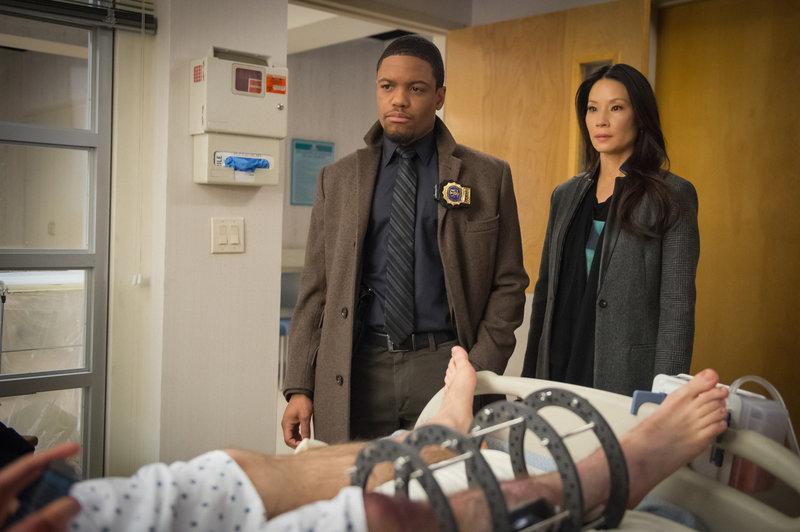 Auf der Jagd nach einem Killer: Detective Bell (Jon Michael Hill, l.) und Watson (Lucy Liu, r.) ... – Bild: Sat.1
