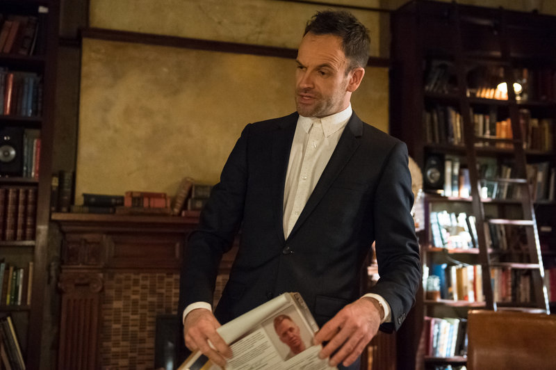 Ermittelt in einem neuen Fall: Holmes (Jonny Lee Miller) ... – Bild: Sat.1