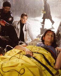 Ein heftiges Unwetter fegt über Chicago hinweg, und Dr. Weaver (Laura Innes, M.) versucht, der hochschwangeren Vicky (Nina Landey) zu helfen ... – © TM+© WARNER BROS.