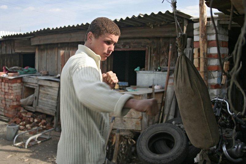 Der Film beschreibt den Alltag in einem russischen Kindergefängnis in Tscheljabinsk und setzt die bewegenden Einzelschicksale in den größeren Zusammenhang der Jugendkriminalität in Russland. – Bild: MDR/Linger On Filmproduktion