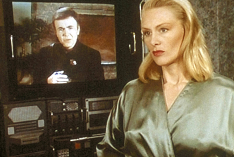 Psi-Polizist Bester (Walter Koenig, hinten l.), der nach Babylon 5 gekommen ist, um die Fluchthelferorganisation zu zerschlagen, meldet sich bei Talia Winters (Andrea Thompson, r.). – Bild: ProSieben MAXX