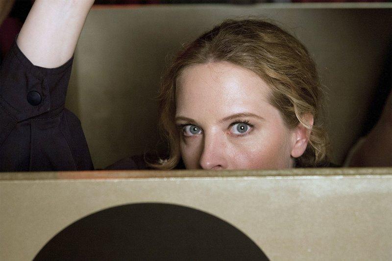Kati (Diana Amft) hat sich versteckt, um den Täter während einer Bühnenshow zu überführen. – Bild: SWR