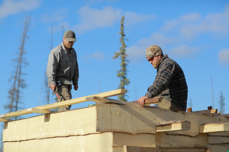 Tyler and Dustin working on smokehut. – Bild: Discovery Channel / Discovery Communications