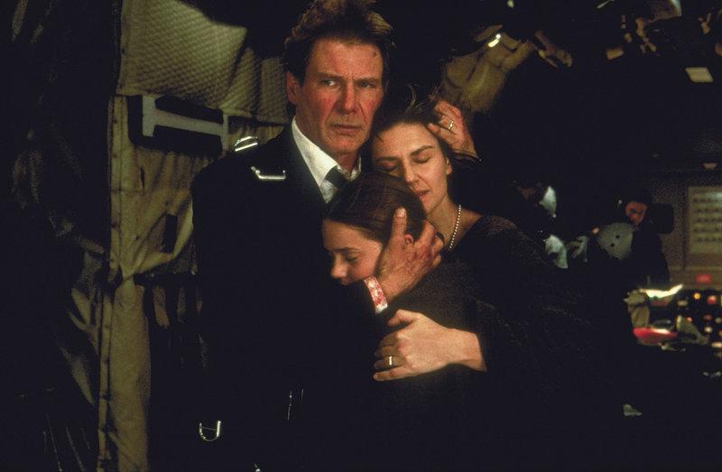 Schweben in Lebensgefahr: US-Präsident James Marshall (Harrison Ford, l.), seine Frau Grace (Wendy Crewson, r.) und seine Tochter Alice (Liesel Matthews, M.) ... – Bild: 3+