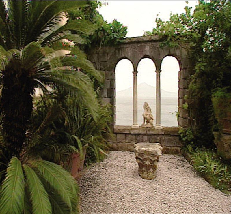 Bei Sorrent ragt auf schroffen Felsen die Villa Tritone hoch über das Meer. Ihren märchenhaften Garten entwarf William Waldorf-Astoria. – Bild: BR